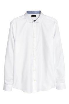 Camisa en algodón premium: ALTA CALIDAD. Camisa de manga larga en algodón premium con textura y brillo. Modelo con cuello italiano y color de contraste en el interior de puños y cuello. Corte estándar.