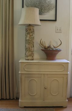 Antique Cabinet in Old White Paint and Lamp Made from a Vintage Wallpaper Roller Wallpaper Roller, Antique Cabinets, White Paints, Home Decor Accessories, Vintage Furniture, Entryway Tables, Lamps, Recycling, Antiques