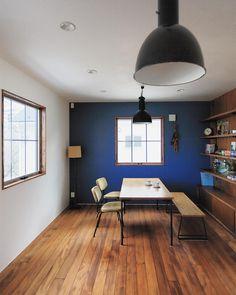 奇をてらわない趣のある住空間。昔から今に残る歴史ある素材(木窓、漆喰、無垢材など)を使い、懐かしさと新しさを感じる、居心地の良い家をつくっています。  ideal life / works , HUGHOME My New Room, My Room, Natural Interior, Ping Pong Table, Decoration, Shabby Chic, Room Decor, Living Room, Interior Design