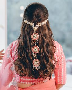 How To Adorn Open Bridal Hair For Your Intimate Wedding Ceremonies! New Bridal Hairstyle, Indian Bridal Hairstyles, Open Hairstyles, Bridal Braids, Hairdo Wedding, Elegant Hairstyles, Desi Wedding, Wedding Decor, Bridal Jewellery Inspiration