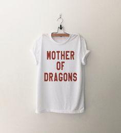 He encontrado este interesante anuncio de Etsy en https://www.etsy.com/es/listing/249079959/madre-de-dragones-camisa-t-grafica