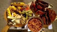 Det er lite som slår masser av klissete ribbe, lune pølser, svinekoteletter og grillede grønnsaker, mener TV-kokk Gino D'Acampo. Han gir deg grillmat på toskansk vis. Paella, Chicken Wings, Chili, Grilling, Bbq, Meat, Ethnic Recipes, Food, Barbecue