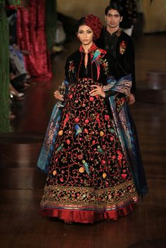 The latest outfits for your Indian wedding India Fashion Week, Lakme Fashion Week, Milan Fashion Weeks, Asian Fashion, London Fashion, Indian Bridal Fashion, Indian Wedding Outfits, Indian Outfits, Indian Clothes