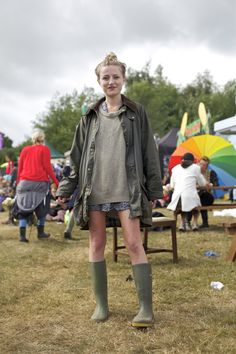 Here's Catherine at Bestival looking great in her oversized Barbour vintage Beaufort jacket. It was borrwed from her boyfriends Dad who bought it years ago! Wax Jackets, Jackets For Women, Barbour Jacket Women, Barbour Jacket Outfit, Barbour Beaufort, Spring Summer Fashion, Autumn Fashion, Waxed Cotton Jacket, Outdoor Girls