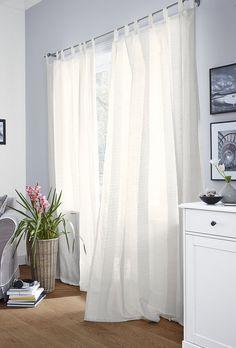 Lehounké záclony s efektními proužky ze žinylkové tkaniny můžete pověsit na tyč pomocí poutek nebo do kolejničky pomocí našité řasicí pásky. Cena za dva díly v rozměrech 140 x 245 cm je 699 Kč; Tchibo