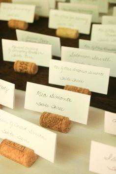 ¡Esto nos parece una idea muy original! Pon tarjetas en corchos de vino para que tus invitados sepan dónde se sientan
