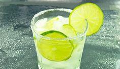 El verano se acerca y que mejor que disfrutar esas agradables tardes con una rica caipiroska preparada por ti en tan sólo unos minutos!  Necesitas:   60 cc de Vodka   Azúcar Granulada   2 limones de Pica o sutil (cortados en cuartos)   Hielo.    Preparación:  Poner los limones de pica cortados en cuartos,  agregar una cucharada grande de azúcar.  presionar  el limón para que suelte el jugo y mezclar con azúcar.  Poner  hielo picado y llenarlo con Vodka.  Mezclar y disfrutar !