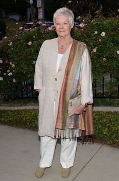 Judi Dench draped an earth-toned pashmina over her shoulder during the Britweek 2008 Champagne Launch for a full-on neutral look. 60 Fashion, Mature Fashion, Over 50 Womens Fashion, Fashion Over 50, Cute Fashion, Plus Size Fashion, Fashion Outfits, Fashion Ideas, Fashion Stores
