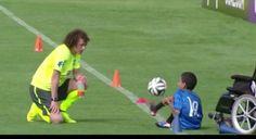 David Luiz fa palleggiare un giovane disabile (VIDEO)