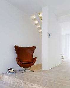 egg chair in leather (designerchairs24)