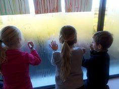 Met whiteboardmarkers op het raam!