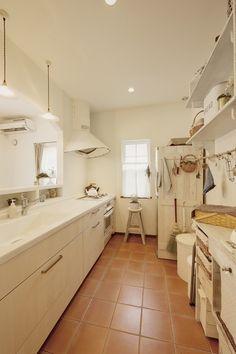 ガレージスタイル - 古川工務店 Kitchen Tile, Home, Renovations, Space Interiors, Interior, House, Kitchen, Kitchen Room, Kitchen Interior