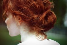 twisty ponytail Fun Friday - 4 Easy Summer Updos - asuyeta [ah-soo-yeh-tah] clothes & accessories. Hair Color For Fair Skin, Yennefer Of Vengerberg, Ginger Girls, Ginger Hair, Trendy Hairstyles, Freckles, Redheads, Red Hair, Hair Inspiration