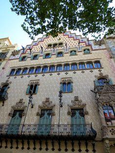 WANDERLUST: Barcelona: podziwiając architekturę dzielnicy Gràcia Barcelona, Wanderlust, Mansions, House Styles, Home, Decor, Serif, Decoration, Manor Houses
