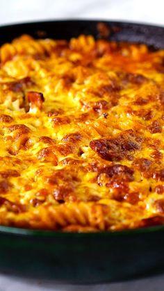Essa receita de macarrão com calabresa e bacon gratinado é fácil, prática e deliciosa!