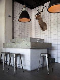 Friese witjes en metrotegels om de saaie witte muur te 'breken' | roomed.nl