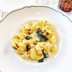 A Santo Stefano si torna al classico dei classici: tortellini fatti in casa al burro fuso e salvia.