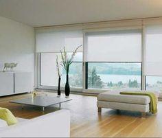 Witte semitransparante rolgordijnen in woonkamer voor en goede lichtinval.
