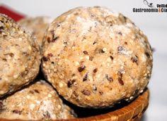 Estos Panecillos de cereales y semillas son ideales para tenerlos siempre a mano, a la vez que un riesgo, porque no querrás parar de comerlos, solos o acompañados de los ingredientes que más te gusten combinar. Personalmente, nos encantan en el desayuno con un buen aceite de oliva virgen extra y queso fresco, pero los combinamos con muchas otras elaboraciones.La elaboración de esta receta de Panecillos de cereales es muy sencilla, no es una masa tan homogénea y elástica como la de un pan…
