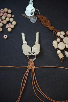 DIY macramé leather keychain with wood beads by lebenslustiger.com, Makramee Schlüsselanhänger aus Leder mit Holzperlen