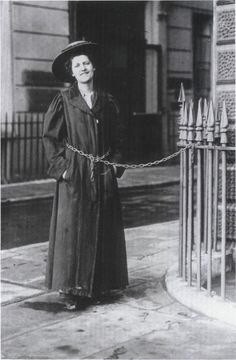 English suffragette chaining herself to a railing in Women In History, British History, Les Suffragettes, Suffrage Movement, Feminist Movement, Brave Women, Human Rights, Women's Rights, Badass Women