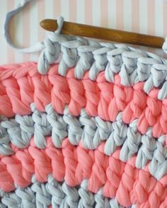 Un tapis au crochet DIY - carpet Diy Crochet Rug, Love Crochet, Crochet Basket Pattern, Crochet Patterns, Rug Patterns, Diy Tapis, Creative Knitting, Diy Carpet, About Me Blog