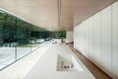 Maison contemporaine avec une cuisine toute entière en blanc
