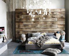 cabeceira da cama em reclaimed wood e lustre deslumbrante Pascal Francois photographe studio pomka
