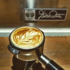 Comparte tus momentos #condeduquegente con nosotros. @conodp  El miedo te lleva al lado oscuro... Respira y deja que la fuerza fluya... #pasion #latteart #latte #dallacorte #baristalife #coffeetime #coffeelovers #cool #cafecandelas #cafe #coffee #nice #condeduque #condeduquegente #theforceawakens #delicious #foodgasm #foodiesmadrid #madridmola #coffeaddict