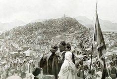 حجاج بيت الله الحرام على جبل عرفة الإثنين 13 (كانون الثاني) عام 1908 م الموافق ليوم 9 (ذو الحجة) لسنة 1325 Mekkah, Picture Quotes, Maps, Places, Painting, History, Blue Prints, Painting Art, Paintings