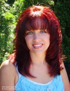 Ein strahlend Kirsche mit Bindestrichen Brand rote Haare Farben Strahlen Strahlen der Sonne von feinen Schichten mit poufy Pony, die Tauchen Sie direkt unter den Augenbrauen und in die angewinkelten Seiten gegen das Gesicht, die schmiegen sich um die Schultern dieser attraktivsten Anordnung mesh.
