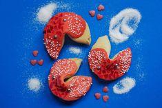 Frische, leckere Glückscookies zum selbst kreieren und mit personalisierten Botschaften. Elmo, Cake Pops, Cupcakes, Fancy, Outdoor Decor, Home Decor, Personalized Fortune Cookies, Fortune Cookie, Celebrations