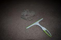 Raclette pour enlever poils de chien sur un tapis ou un gant de caoutchouc sur les revêtement des chaises