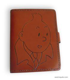Funda para libro electrónico realizada en vaquetilla y personalizada con dibujo de Tintin.  Case for eBook made in cowhide and personalized with drawing of Tintin.   https://www.etsy.com/es/shop/HayukoCueroyPapel www.hayuko.com  https://www.facebook.com/hayukocueroypapel  https://www.instagram.com/hayukocrafts/ https://www.pinterest.com/infohayuko http://issuu.com/hayukocueropapel