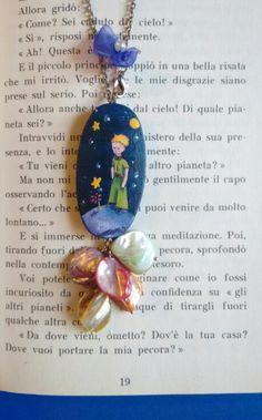 Ciondolo in legno e perle arcobaleno. Dipinto a mano. Piccolo principe. Dettaglio.