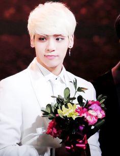 "Képtalálat a következőre: ""shinee jonghyun flowers"" Blonde With Pink, Shinee Jonghyun, Angels In Heaven, Dream Guy, Miss You, Korean Singer, Aqua, Fandoms, Entertainment"