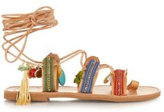 Charme folk et esprit artisanal : parce que l'été n'est plus très loin, l'heure est au hippie revival avec ces sandales bohèmes, tendance ultime de la saison.