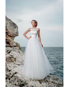 Romantické, ale zároveň moderné šaty so širokou tylovou sukňou v tvare písmena A. Živôtik je tvorený saténovým korzetom na šnurovanie, ktorý je zľahka zahalený čipkou a perlami. Perly sa opakujú aj na opasku, ktorý je skutočne plný perál. Nežné šaty Elisa sú ako stvorené pre romantickú morskú vílu. One Shoulder Wedding Dress, Wedding Dresses, Fashion, Bridal Gowns, Boyfriends, Bride Dresses, Moda, Fashion Styles, Weeding Dresses
