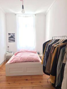 Idee Für Eine Schlichte WG Zimmer Einrichtung Mit Bett Und Kleiderstange. # Einrichtung