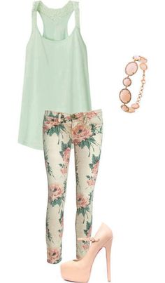 Süßes Sommeroutfit: Hose mit Blumenmuster und pastellfarbene Accessoires #floralpants