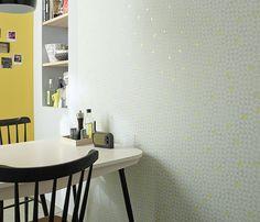 Quand les motifs géométriques rencontrent le jaune, la couleur tendance de la saison, ça donne un papier peint dans l'air du temps et à la fois très intemporel dont on ne se lassera pas de sitôt ! A noter :  le rappel déco pétillant du mur monochrome jaune. http://www.castorama.fr/store/pages/zoom-sur_mur_papier-peint_geometrie.html