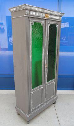 Piccola vetrina primo '900 neorinascimentale laccata grigia bicolore vetri verdi