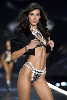 Victoria's Secret Fashion Show 2018 in pictures: Kendall Jenner, Bella Hadid and Gigi Hadid grace the catwalk Victoria Secrets, Moda Victoria Secret, Victoria Secret Angels, Victorias Secret Models, Victoria Secret Fashion Show, Bella Hadid Estilo, Bella Gigi Hadid, Vs Fashion Shows, Look Fashion