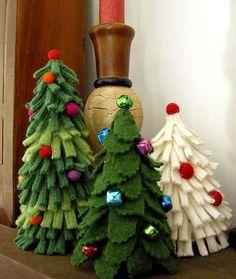 手芸や工作がとっても苦手。でも、ささやかなクリスマス小物を手作りしたい。そんな人にオススメなのが、フェルトを使ったクリスマスツリーオーナメント。フェルトやはぎれの生地を切って重ねるだけで手作りでき、フェルト初心者さんにも簡単にDIYできます!フワフワした素材で温かみがあり、卓上用の置物にしても可愛いですよ。一人暮らしのお部屋に似合いそうな、素敵なミニツリーのインテリアで季節感を演出しましょう♪   ページ1