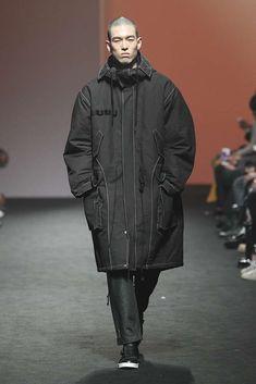 Gil Homme Fall-Winter 2017/18 - Seoul Fashion Week Male Fashion Trends, African Men Fashion, Winter Outfits Men, Casual Fall Outfits, Fashion Wear, Sport Fashion, High Fashion, Mens Fashion, Seoul Fashion Week