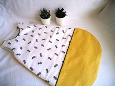 baby sleeping bag turbulette baby 0 / pineapple motifs, black and white and mustard yellow lange: Baby fashion by the-treasure-jaya Source by barbarajaglin Diy Bebe, Baby Couture, Sleeping Bag, Mustard Yellow, Dressmaking, Baby Love, Kids Room, Black And White, Sewing