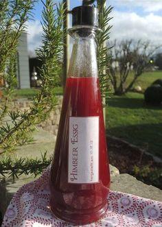 Himbeer-Essig ist ratzfatz hergestellt, im Thermomix oder auch im Kochtopf, er schmeckt superlecker zu Blattsalaten und macht sich auch gut als Geschenk.