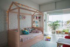 Chloe, de 4 anos, ganhou um quarto com cama casinha e desenho de floresta na parede. Um ambiente mágico, desenhado sob medida pelo MILK STUDIO.