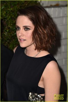Kristen Stewart Honors Her Makeup Artist at Marie Claire Event!: Photo Kristen Stewart poses for a photo with her makeup artist Jillian Dempsey while attending the Marie Claire Image Maker Awards on Tuesday evening (January in Los… Kristen Stewart Twilight, Kristen Stewart Hair, Kristen Stewart Movies, Kirsten Stewart, Marie Claire, Hollywood Actresses, Actors & Actresses, Image Maker, Sils Maria