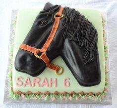 Gâteau carré 10 pouces et gâteau en forme de cheval au chocolat avec glaçage meringue suisse à la vanille. Recouvert et décoré avec du fondant. - 80$